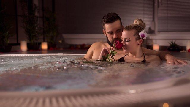 Секс у воді: чим небезпечний та як обрати зручні пози