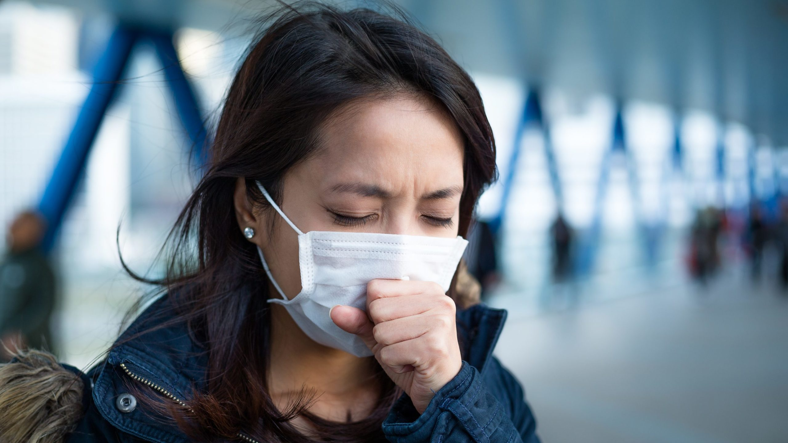 Чому на вулиці складніше заразитися коронавірусом, а чхання небезпечніше за кашель