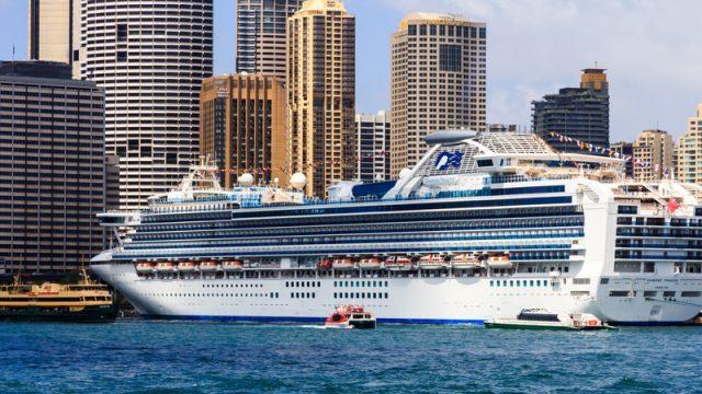 Пассажирам изолированного из-за коронавируса лайнера предложили бесплатное порно