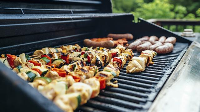 Как быстро замариновать шашлык и пожарить овощи на огне: рецепты Виктора Бронюка