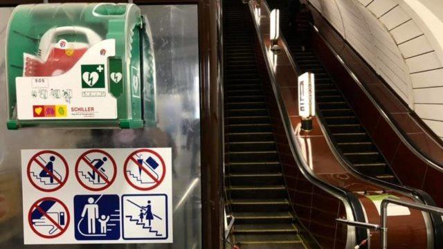 Реанімував поліцейський: у метро Києва за допомогою дефібрилятора врятували чоловіка