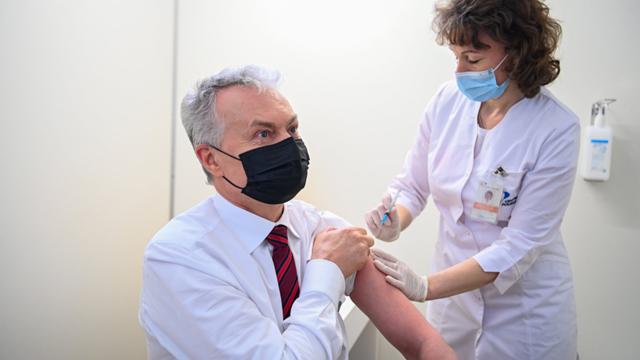 Президент Литви Науседа публічно щепився вакциною AstraZeneca