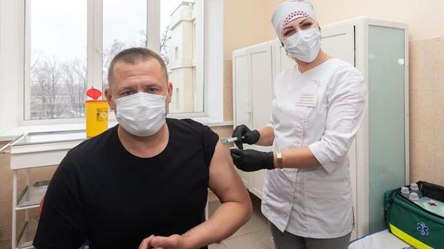 Мер Дніпра Філатов публічно вакцинувався від коронавірусу