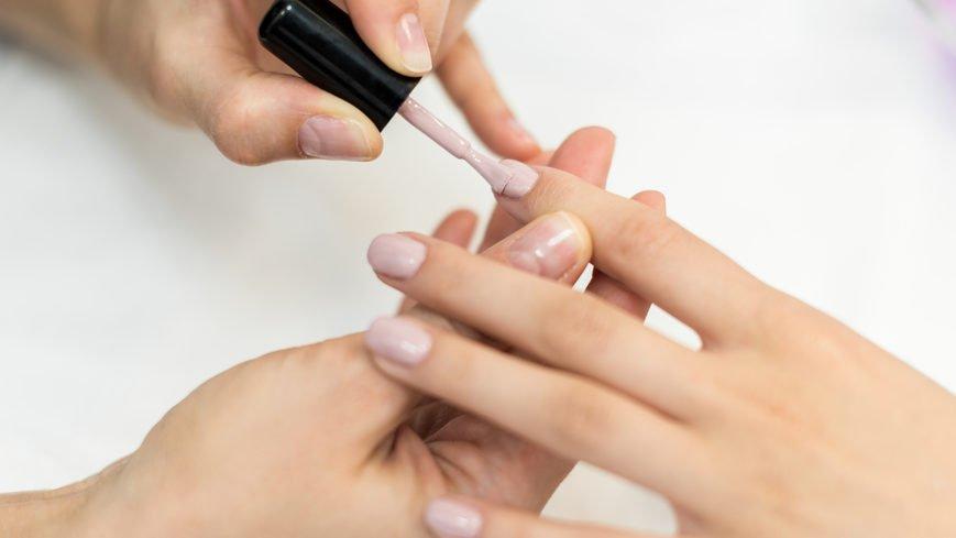Яка шкода від гель-лаку для нігтів та яких правил слід дотримуватися під час манікюру