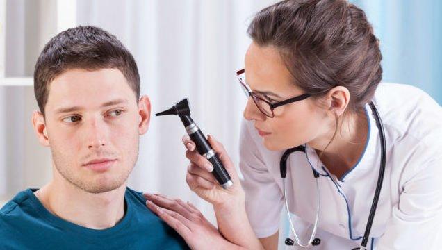 Після купання можуть заболіти вуха: це не застуда, а інфекція
