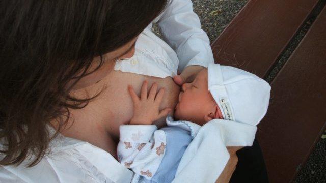 Жінки можуть годувати дитину грудьми після зараження Covid-19 та щеплення – ВООЗ