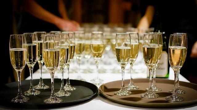 """Напій свята: чи є користь від шампанського і чому воно """"б'є в голову"""""""