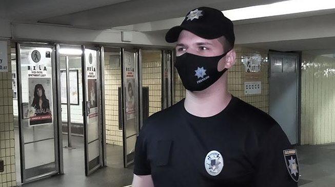 Ледь билося серце: у київському метро поліцейський врятував життя пасажиру