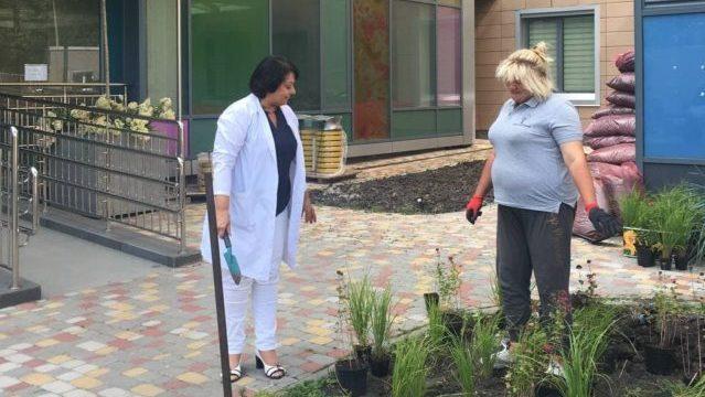 Небайдужі батьки пацієнтів Охматдиту створили на території лікарні зелену зону