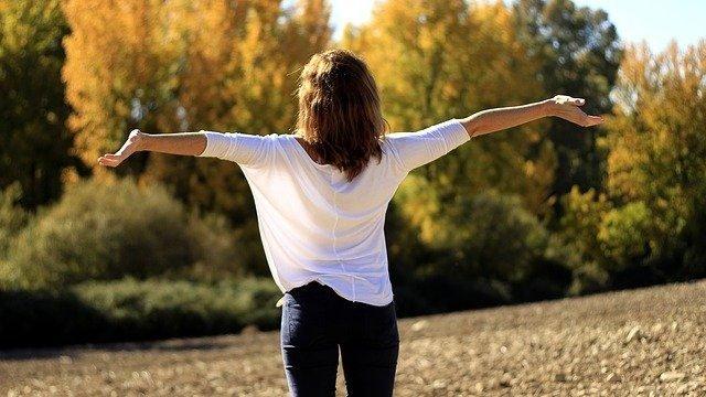 Як поліпшити поставу і зняти біль за допомогою дихання – вправи