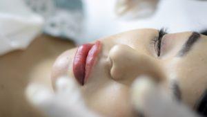 женщина косметолог